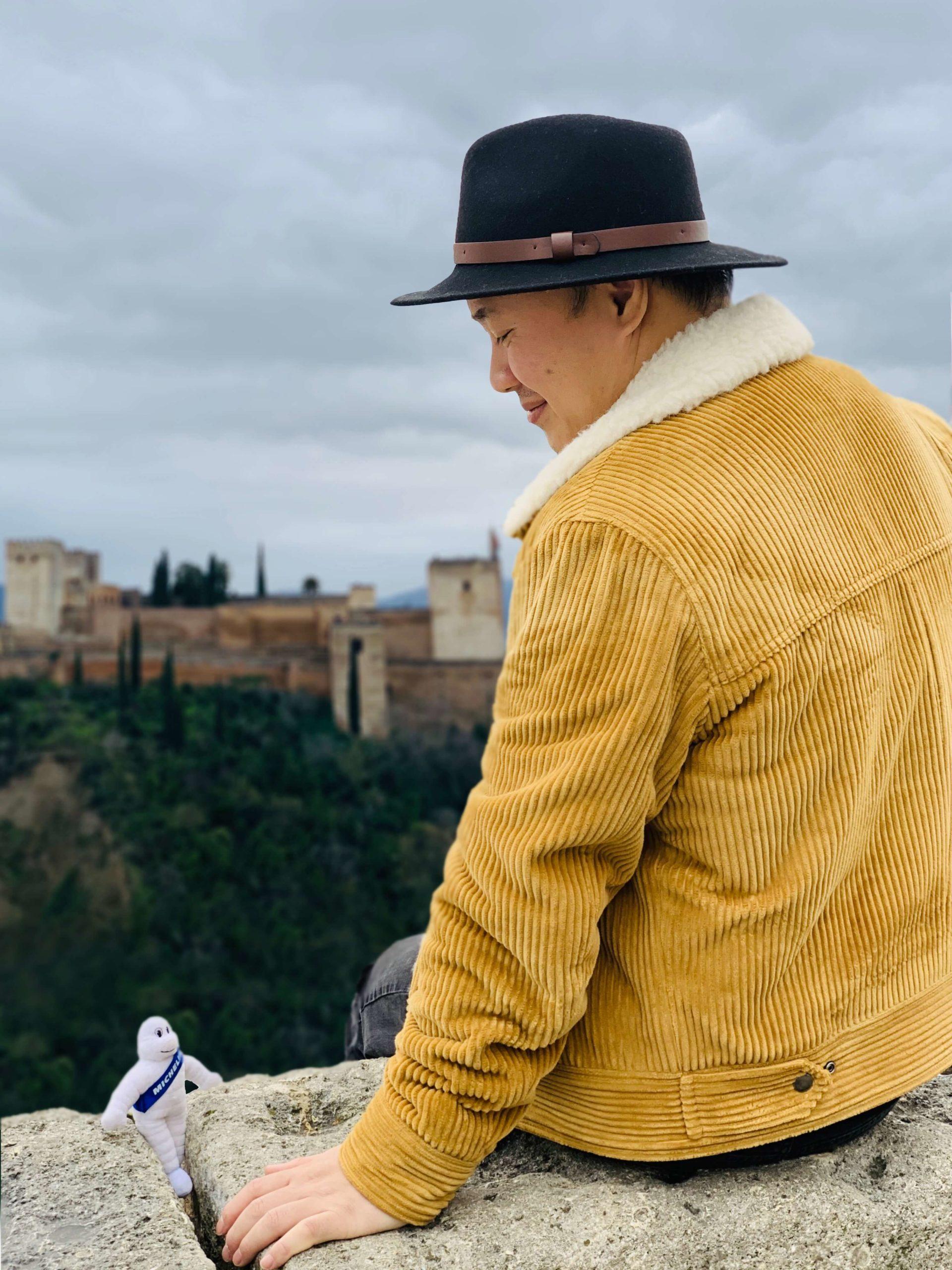 Bibendum Tour - Hoang face à la vue panoramique de l'Alhambra