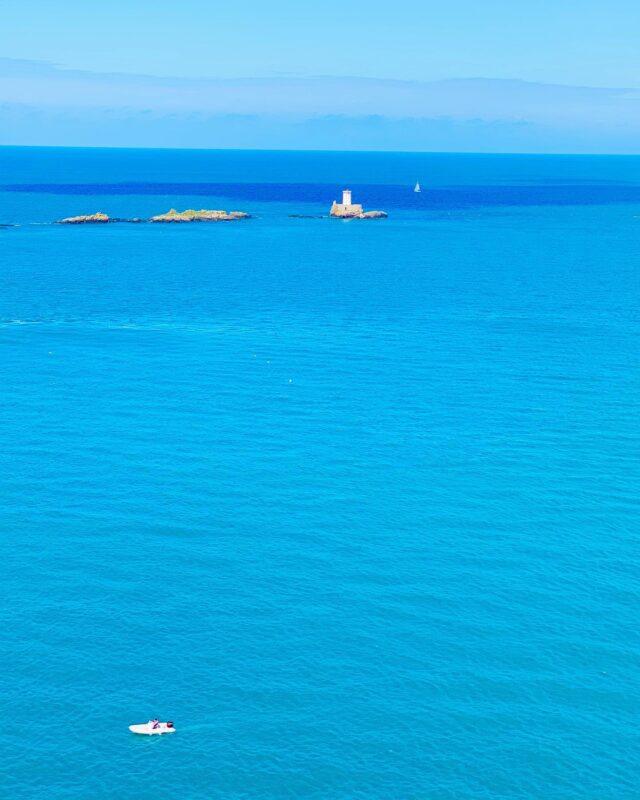 My Blue therapy 💙 ⠀ Il y a quelque chose de magique dans le Bleu de Bretagne qui est tellement apaisant... vous ne trouvez pas ? 😊 ⠀ ✄............................................................ #bretagne #visitlafrance #francetourisme #francecartepostale #aventure #evasion #voyage #instavoyage #roadtrip #voyageur #voyageursdumonde  #frenchtraveller #globetrotter #explorer #slowtravel #travelphotography #travelblog