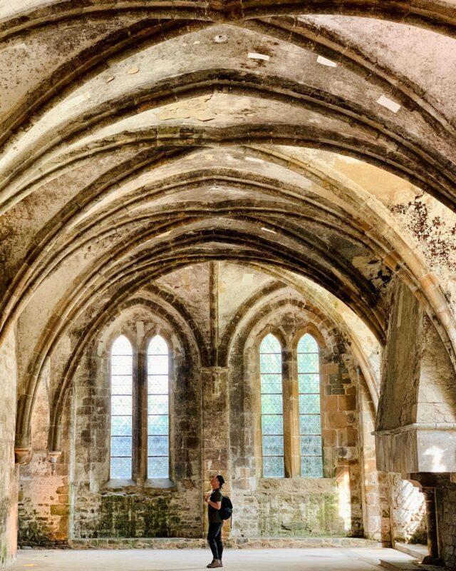 Magnifique abbaye avec son architecture gothique, ses vieilles pierres et 800 ans d'histoire... Un de ces lieux avec une véritable âme, une atmosphère particulière et un charme fou que j'adore découvrir 😍 ⠀ Vivement la fin du confinement pour que ce lieu soit accessible à tous... pour que la culture nous soit à nouveau accessible ! 🤞🙏 ⠀ 📍 Salle au Duc, Abbaye de Beauport ⠀ ✄............................................................ #bretagne #bretagnetourisme #patrimoinebretagne #visitlafrance #francetourisme #francecartepostale #aventure #evasion #voyage #instavoyage #roadtrip #voyageur #voyageursdumonde #frenchtraveller #globetrotter #explorer #slowtravel #travelphotography #travelblog