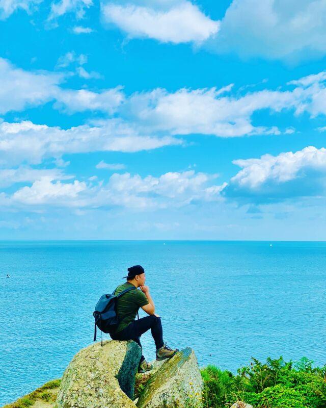 Prendre de la hauteur⚡️ ⠀ Je peux rester des heures à admirer le panorama sur ces plus hautes falaises de Bretagne... d'ailleurs c'est ce que j'ai fait 😂🙌 ⠀ 📍Pointe de Plouha ⠀ Après des heures de marche, j'adore ces moments où tu te poses et tu profites de l'instant présent... C'est souvent court parce que t'es pressé par le temps et que t'as un programme à suivre... Avant je pensais comme ça 👉 J'ai vite réalisé qu'il suffit de prendre son temps. Si un endroit me plaît, je reste le temps qu'il faut pour profiter de ces petits moments de bonheur 😜🙌. Le reste du programme se fera plus tard (ou pas)... aucune importance 😂 ⠀ 👉 Ma philosophie du jour, vous adhérez ? ⠀ ✄........................................................... #sentierdesdouaniers #bretagne #bretagnetourisme #guidevertmichelin #slowtourisme #slowtourism #slowtravel #voyageenfrance #francetourisme #voyageursdumonde #voyages #evasion #aventure #visitfrance #jedecouvrelafrance #jaimelafrance #travelblog #instavoyage